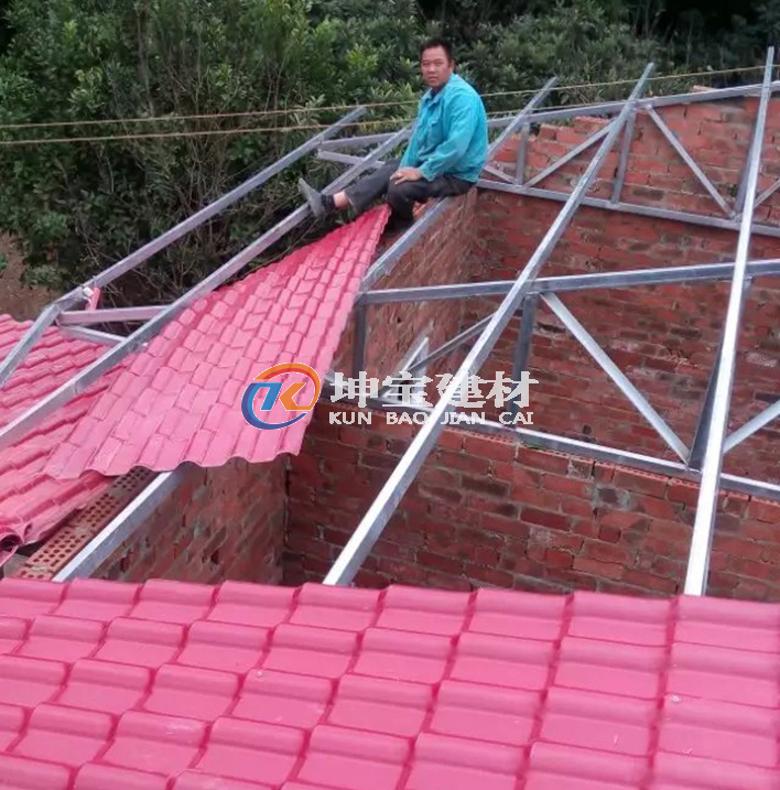 农村自建房正在铺盖枣红色合成树脂瓦