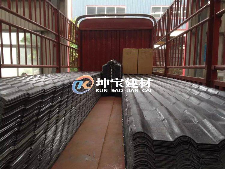 300米树脂瓦装车发往农村自建房